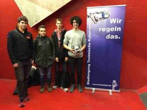 Das Team Alexander Lonzer, Marco Klingenstein, Simon Leenstra und Felix Sill (von links nach rechts, es fehlt Moritz Weidelener) mit ihrem Roboter kurz nach dem Wettbewerb.